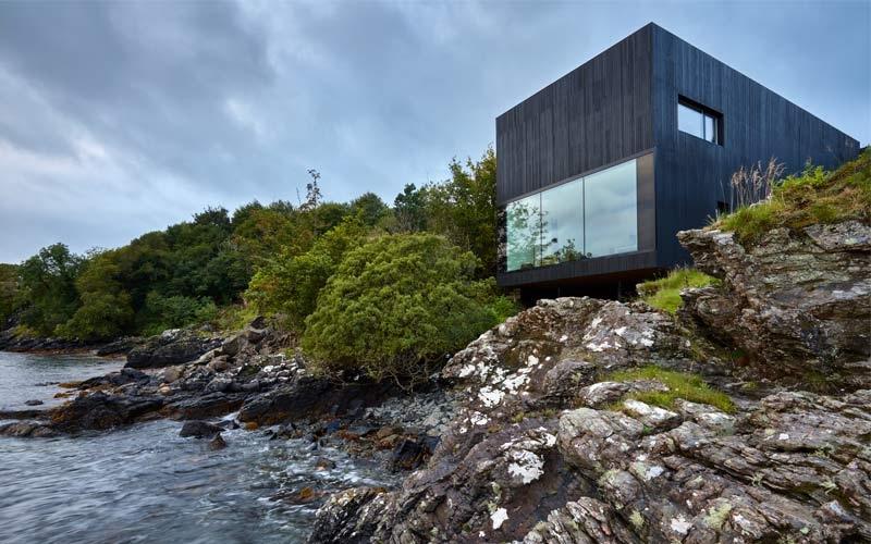 the black house vista mare in scozia isola di skye