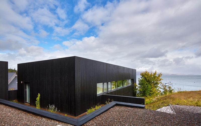 vista-sul-retro-The-Black-House-scatola-nera-in-scozia